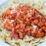 Tomatensoße mit Möhren, Pinienkernen und Schafskäse